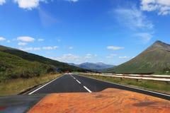 Sikt från bilen på skotskt Skotska högländernalandskap i sommar royaltyfri fotografi