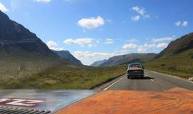 Sikt från bilen på skotskt Skotska högländernalandskap i sommar arkivbilder