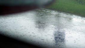 Sikt från bilfönstret närbild kant av vägen, vägren, i regnet , medan bilen flyttar sig Sikt från bilen stock video
