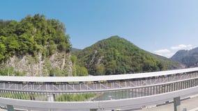 Sikt från bilfönstret till väg- och berglandskapet, fisheyeeffekt plats Härligt landskap av gröna buskar arkivfilmer