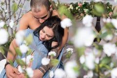 Sikt från blommor på attraktiva internationella par av mannen med Royaltyfria Foton