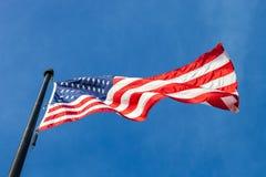 Sikt från bröl av den vinkande flaggan av Förenta staterna med blått s fotografering för bildbyråer
