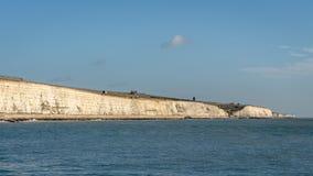 Sikt från Brighton Marina in mot väderkvarnen på Rottingdean Sussex arkivbilder
