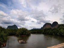 Sikt från bron över floden och bergen arkivbild