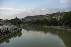 Sikt från bron av fred i Tbilisi, en fot- bro över den Mtkvari floden i Tbilisi arkivfoton