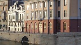 Sikt från bron i den centrala delen av Stockholm, Sverige arkivfilmer