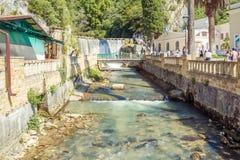 Sikt från bron till floden och den nya Athos vattenfallet Royaltyfria Bilder