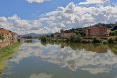 Sikt från broPonte alle Grazie i Florence, Italien Arkivbilder