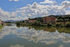 Sikt från broPonte alle Grazie i Florence, Italien Royaltyfri Foto
