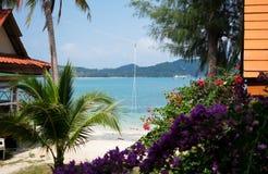 Sikt från bungalow till stranden och havet Arkivfoto