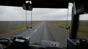 sikt från bussen Rörelsen av bussen i regnet på den vulkaniska öknen iceland arkivfilmer