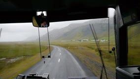 sikt från bussen Rörelsen av bussen i regnet på den vulkaniska öknen iceland lager videofilmer