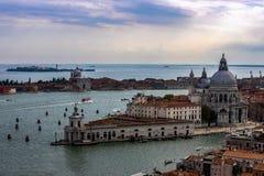 Sikt från Campanile di San Marco till Grand Canal och basilikadi Santa Maria della Salute i Venedig, Italien arkivbilder