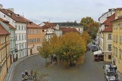Sikt från Charles Bridge till fjärdedelarna av Prague Arkivbilder