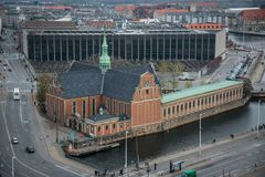 Sikt från Christiansborg slotttorn Ner stad av Köpenhamnen denmark royaltyfri bild