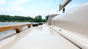 Sikt från däcket av en liten segla yacht på floden lager videofilmer