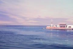 Sikt från däcket av kryssningskeppet på pir av den Grekland islaen Royaltyfri Foto