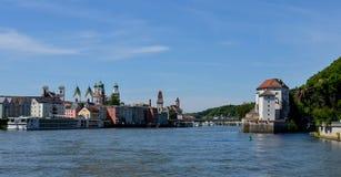 Sikt från Danube River till passauen arkivbild
