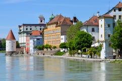 Sikt från Danube River till passauen arkivbilder