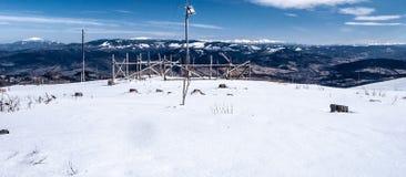 Sikt från den Barania Gora kullen i Silesian Beskids för vinter berg i Polen Royaltyfria Bilder