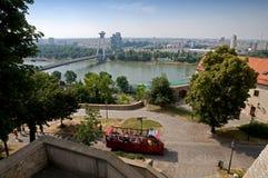 Sikt från den Bratislava slotten och sightbussen Arkivfoton