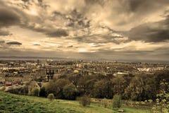 Sikt från den Calton kullen i Edinburg. Arkivbilder