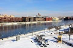 Sikt från den Crimean bron till den Crimean invallningen, Moskvafloden och Prechistenskaya invallningen arkivfoton