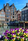 Sikt från den Damrak gatan i Amsterdam royaltyfria foton