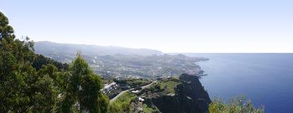 Sikt från den exponeringsglas däckade synvinkeln på Cabo Girao nära Camara de Lobos på ön av madeiran Royaltyfri Foto