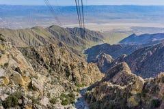 Sikt från den flyg- spårvägen för Palm Springs på vägen upp det San Jacinto berget, Kalifornien royaltyfri foto