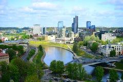 Sikt från den Gediminas slotten till den nya Vilniusen Arkivfoto