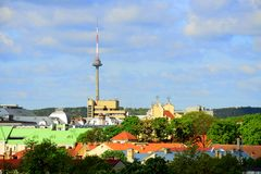 Sikt från den Gediminas slotten till den nya Vilniusen Arkivfoton