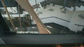 Sikt från den glass hissen på den härliga moderna affärsmitten, byggnad, design lager videofilmer