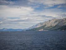 Sikt från den Hvar ön på Makarska riviera, Kroatien royaltyfri bild