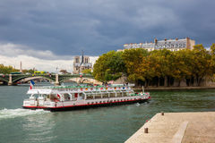 Sikt från den Ile Saint Louis till Ile de la Stad i Paris, Frankrike De är de 2 återstående naturliga öarna i Seinen Dess centren Royaltyfri Foto
