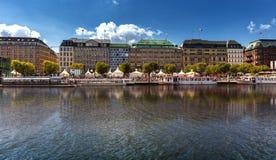 Sikt från den inre alsteren till Jungfernstiegen i mitten av Hamburg royaltyfri foto