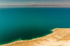 Sikt från den jordanska kusten över det döda havet till bergen på den västra sidan i Israel Arkivbild