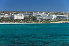 Sikt från den medelhavs- stranden av Cypern i Ayia Napa Royaltyfri Foto