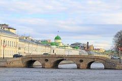 Sikt från den Neva floden på den Prachechny bron Fotografering för Bildbyråer