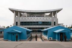 Sikt från den nordkoreanska sidan till gränsen med Sydkorea Arkivfoto