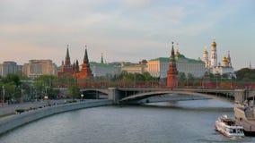 Sikt från den Patriarshiy bron på MoskvaKreml och St-basilikas domkyrka lager videofilmer