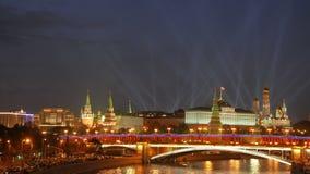 Sikt från den Patriarshiy bron Strålkastare över MoskvaKreml stock video