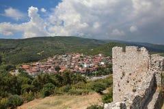 Sikt från den Platamonas slotten till nya Panteleimon, Nea Paneleimonas Arkivbilder