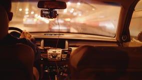 Sikt från den rörande bilen på vägen i stad i afton Torkare på vindrutan arkivfilmer
