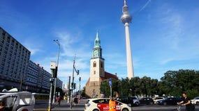 Sikt från den Spandauer stren gatan med kyrkan för St Mary ` s och televisionen står högt, Berlin, Tyskland arkivbilder