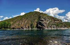 Sikt från den steniga kusten av bergfloden Arkivfoto