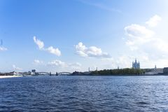 Sikt från den Sverdlovsk invallningen, St Petersburg Flod Neva på våren Smolny domkyrka i avståndet royaltyfri bild
