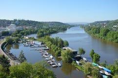 Sikt från den sydliga spetsen av den Vysehrad fästningen på floden Vltava Royaltyfri Bild