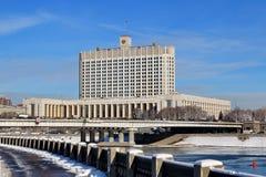 Sikt från den Taras Shevchenko invallningen på det från den ryska federationen Novoarbatsky bro- och regeringhuset royaltyfri foto