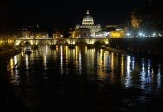Sikt från den Tiber floden på den bro- och för St Peter ` s cathedraen Arkivbilder
